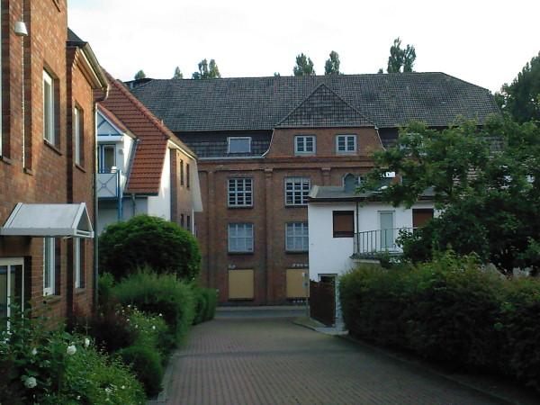 Das Fabrikgebäude vom Hauseingang 16a aus gesehen